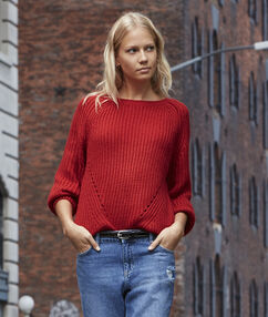 Pull grosse jauge col rond rouge.