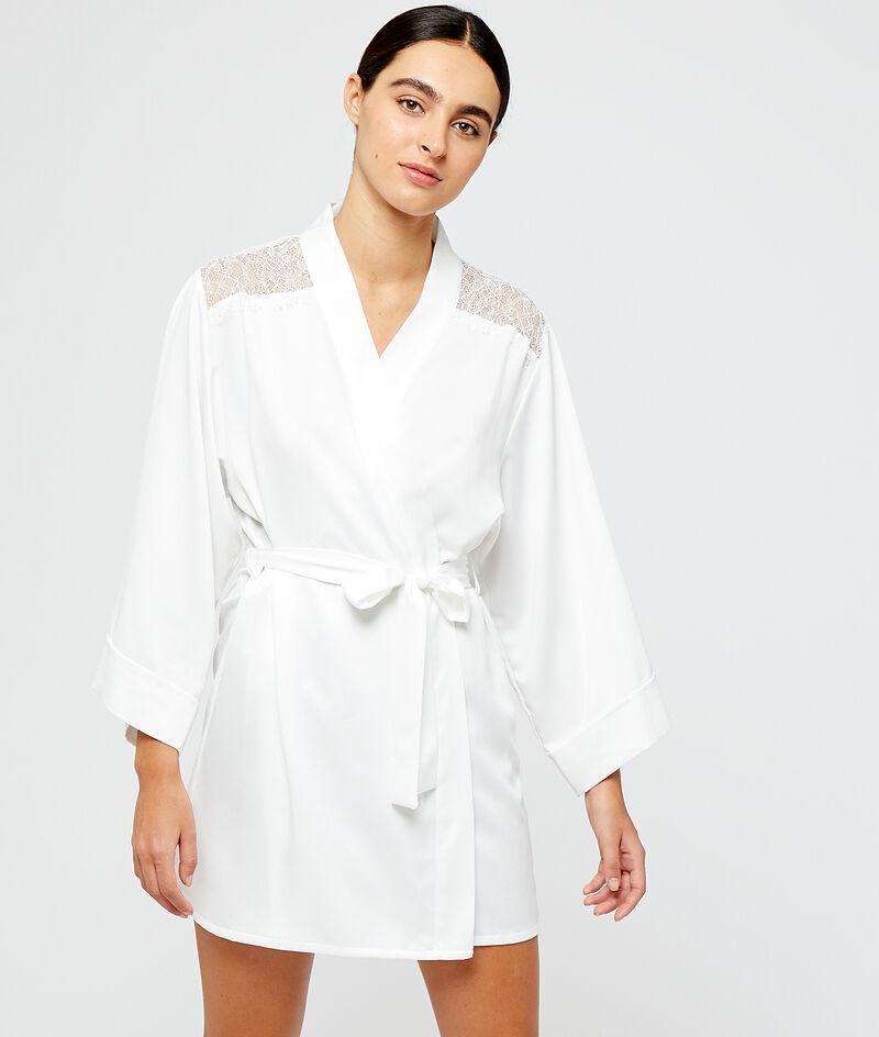 Satijnen kimono met kanten schouders en rug;${refinementColor}