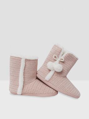 Chaussons bottines à pompons rose.