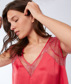 T-shirt à empiècement dentelle rose.