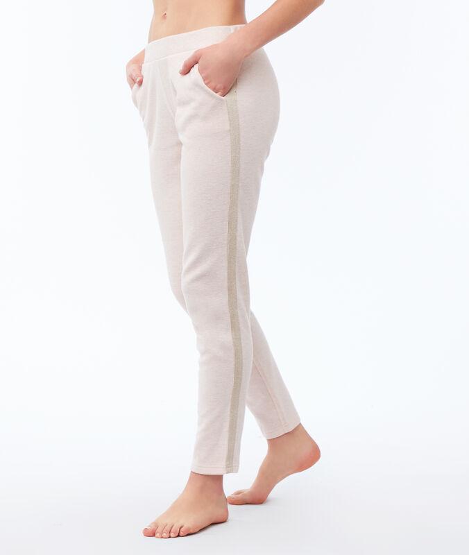 Pantalon uni rose pâle.