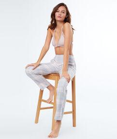 Pantalon à carreaux gris.