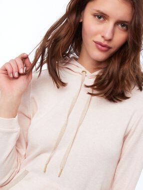 Robe sweat à capuche rose pâle.