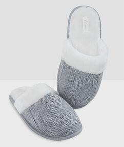 Chaussons fourrés maille gris.