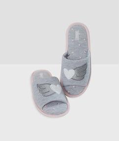 Chaussons molleton ouverts imprimés gris.