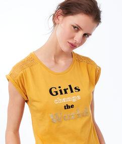 T-shirt à message jaune.