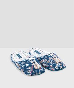 Chaussons imprimés avec pompons bleu.