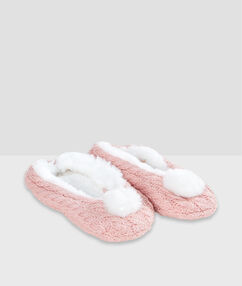 Chaussons pompoms rose.