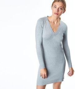 Robe pull col v gris.