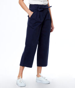Pantalon large ceinturé bleu marine.