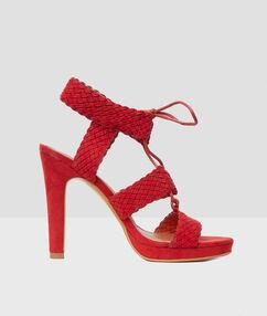 Sandales tressées à talons rouge tomate.