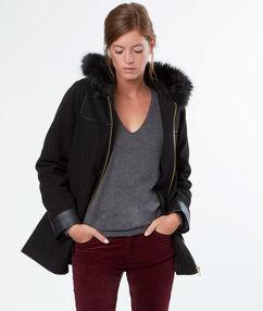 Manteau en laine à capuche en fausse fourrure noir.