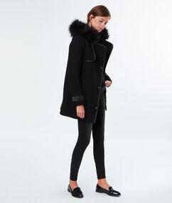 Manteau à capuche en fausse fourrure noir.