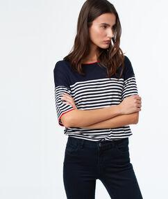 T-shirt à rayures bleu marine.