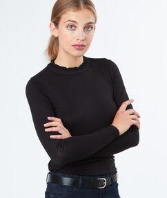 T-shirt manches longues petit col noir.