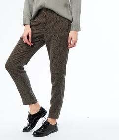 Pantalon carotte kaki.