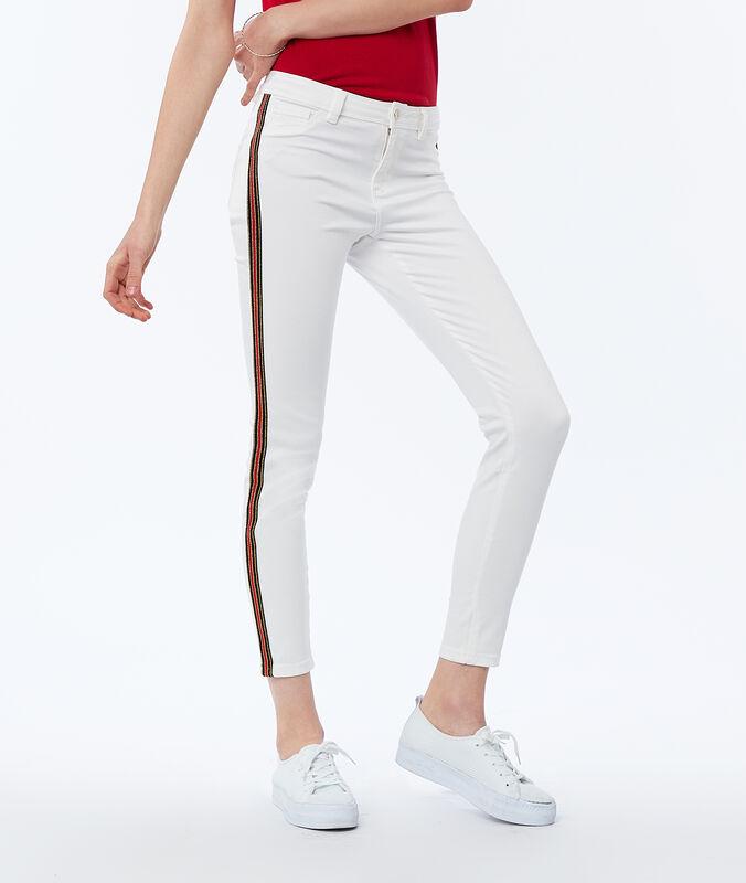 Jean skinny avec bande latérale écru.