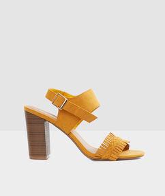 Sandales à talons ocre.