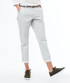 Pantalon carotte avec ceinture en coton gris.