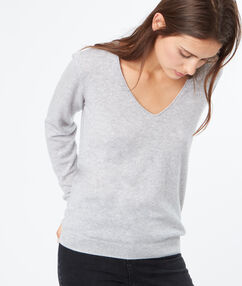 Pull en cachemire col v gris chine clair.