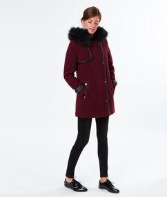 Manteau à capuche fausse fourrure bordeaux.