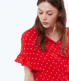 Chemise à pois rouge.