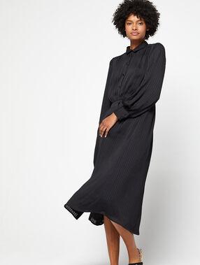 Robe chemise longue noir.