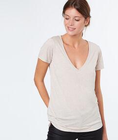 T-shirt col v effet métallisé nude.