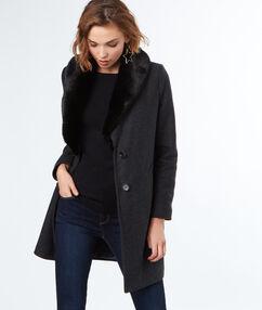 Manteau long avec col en fausse fourrure gris.