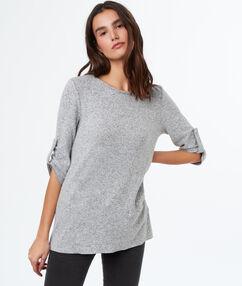 T-shirt à col bateau gris.