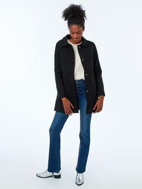 Manteau 3/4 boutonné noir.