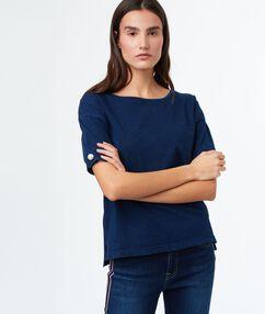 T-shirt col rond bleu marine.