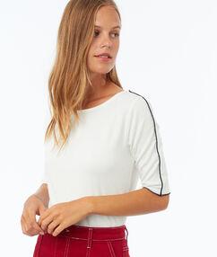 T-shirt à bordure contrastée écru.