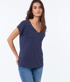 T-shirt col v bleu marine.