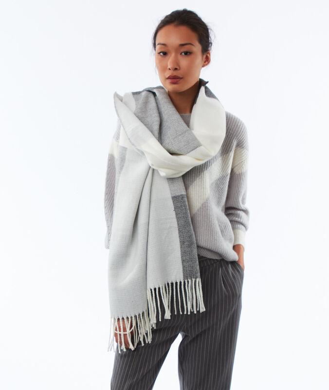 Écharpe plaid à grands carreaux gris chiné clair.