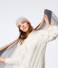 Bonnet tricolore en cachemire beige.