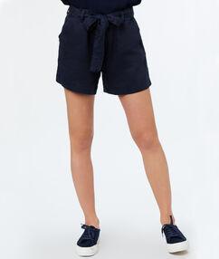 Short ceinturé bleu marine.