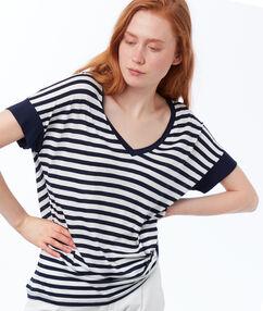 T-shirt col v à rayures bleu marine.