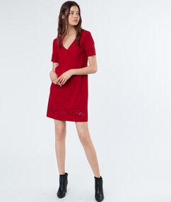 Robe à détails guipure rouge.