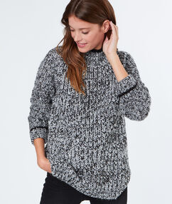 Pull tricot col montant gris.