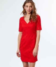 Robe en dentelle rouge.