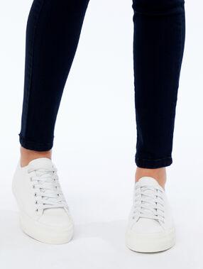 Sneakers met veters wit.