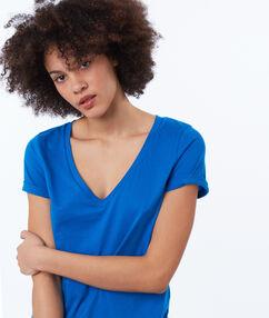 T-shirt col v bleu.