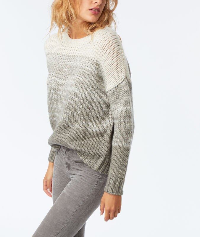 Pull grosse maille gris chiné clair.