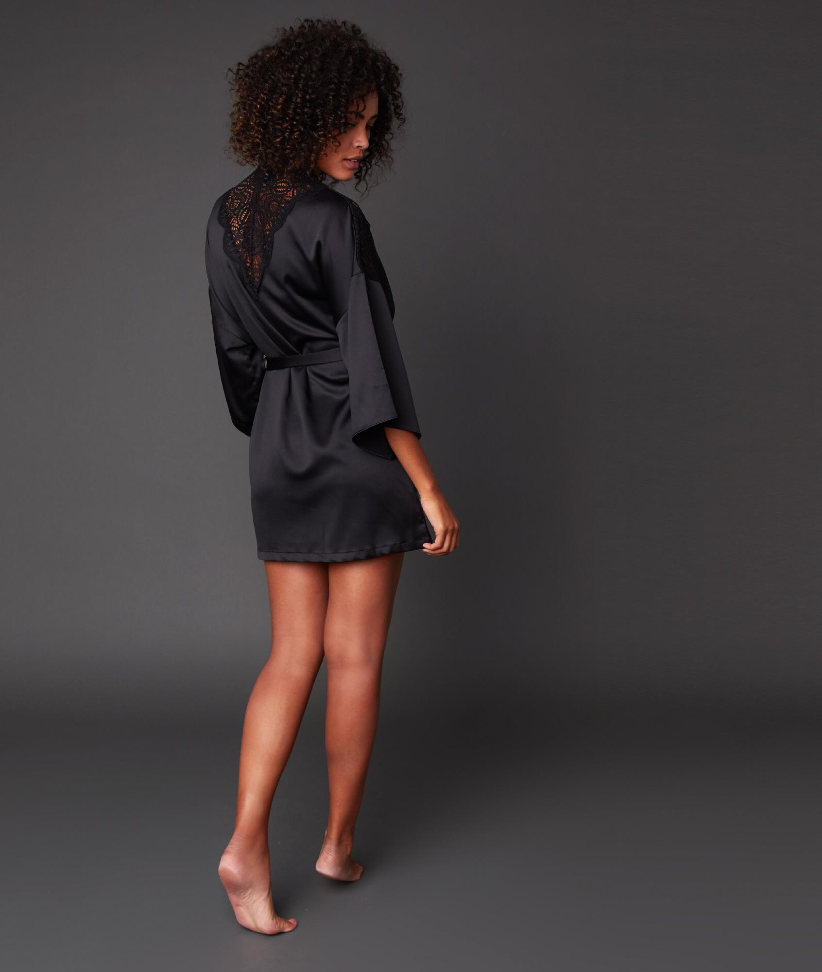 Kimono déshabillé satin dos dentelle noir.
